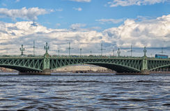 Une vue de la rivière de Neva et un fragment du pont de trinité Photo stock