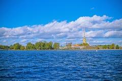 Une vue de la rivière Neva et de la forteresse de Peter et de Paul photographie stock