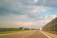 Une vue de la route de la perspective du conducteur et du passager Asphalte sec, barrières grandes consommatrices d'énergie et ci photographie stock libre de droits