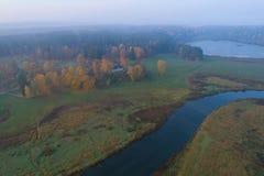 Une vue de la taille du Mikhailovskoe, vue supérieure de matin brumeux d'octobre Pushkinskie sanglant, Russie image libre de droits