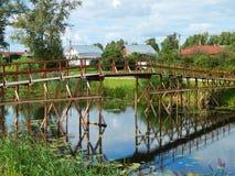Une vue de la ville de Suzdal en Russie Un pont en bois à travers la rivière Kamenka Image libre de droits