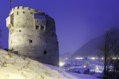 Une vue de la ville médiévale de Brasov, Roumanie 10 décembre 2015 avec l'arbre de Noël dedans en centre ville et la vieille tour Image libre de droits