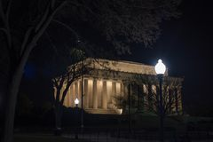 Une vue de Lincoln Memorial la nuit entre les arbres Photos stock