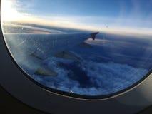 Une vue de matin des avions de fenêtre image stock