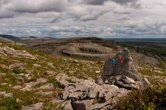 Une vue de montagne rouge de Sliabh Rua de montagne de Mullaghmore en parc national de Burren avec les signes pour le divers photos stock