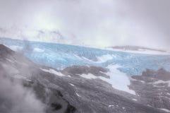 Une vue de mouchard par les nuages du glacier de Svartisen photos libres de droits