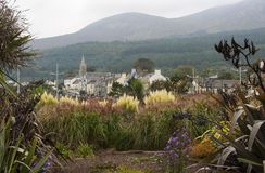 Une vue de Newcastle au pied des montagnes de roulement de Mourne en Irlande du Nord un jour brumeux d'hiver Image stock