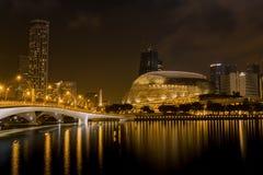 Une vue de nuit des arts d'esplanade du ` s de Singapour centrent image libre de droits