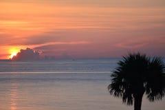 Une vue de panorama d'un lever de soleil d'océan comme vu de la plage Photo stock