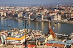 Une vue de paysage de ville de Budapest le soir, le bâtiment hongrois du parlement et des bâtiments d'otherr le long de Danube photographie stock libre de droits