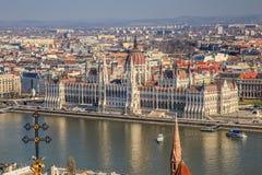 Une vue de paysage de ville de Budapest le soir, le bâtiment hongrois du parlement et des bâtiments d'otherr le long de Danube photos libres de droits