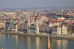 Une vue de paysage de ville de Budapest le soir, le bâtiment hongrois du parlement et des bâtiments d'otherr le long de Danube photo stock