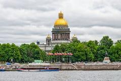 Une vue de pilier de spusk de Petrovsky et de la cathédrale de St Isaac Images stock