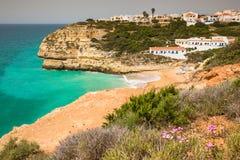 Une vue de plage dans le village de pêche de Benagil sur la côte du Portugal Image libre de droits