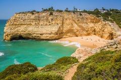 Une vue de plage dans le village de pêche de Benagil sur la côte du Portugal Photos libres de droits