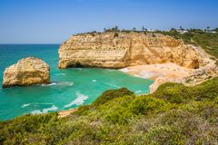 Une vue de plage dans le village de pêche de Benagil sur la côte du Portugal Photographie stock