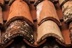 Une vue de plan rapproché d'un fragment carrelé rouge du ` s de toit, Croatie images stock