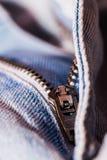 Une vue de plan rapproché de l'attache des jeans bleu-clair Image stock
