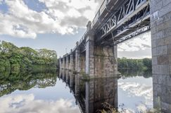 Une vue de pont de chemin de fer scénique à travers la rivière Dee à Aberdeen, Ecosse photos libres de droits