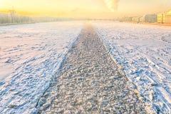 Une vue de pont de Dvortsovy vers le Blagoveschensky un avec la trace de brise-glace Images stock