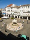 Une vue de Praca font Giraldo, place principale de la ville médiévale d'Evora, dans la région de l'Alentejo, le Portugal images libres de droits