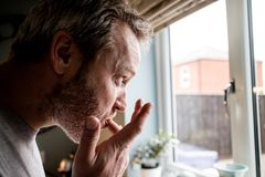 Une vue de profil d'un homme léchant ses doigts après consommation dans photo stock