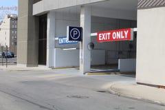 Une vue de rue d'un garage métropolitain photos stock