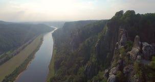 Une vue de s-oeil de ` d'oiseau une belle vue panoramique de Bastai en Allemagne à côté de la rivière un jour ensoleillé banque de vidéos