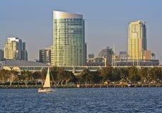 Une vue de San Diego Bay, un voilier et du centre Photo libre de droits