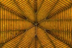 Une vue de sous un toit en bois Photo stock