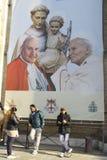 Une vue de St Anthony Basilica dimanche - pèlerins sous les saints Anthony, John XXIII et Johannes Paulus II - Padoue, Italie Image stock