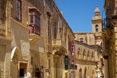 Une vue de vieille rue avec la tour de Bell carmélite d'église sur le CCB Images stock
