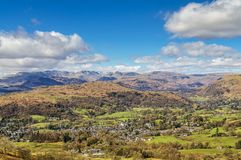 Une vue de Wansfell Pike regardant vers le Langdale abat Photos stock