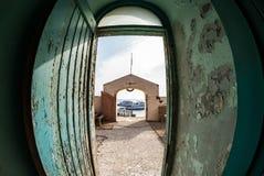 Une vue des bateaux sur la mer d'une porte d'un phare, Egypte images libres de droits