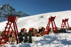 Une vue des chaises et des salons élevés dans la neige a couvert le paysage et les montagnes dans St Moritz Switzerland dans les  Photographie stock libre de droits