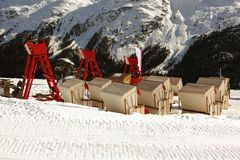 Une vue des chaises et des salons élevés dans la neige a couvert le paysage et les montagnes dans St Moritz Switzerland dans les  Photographie stock