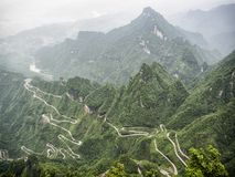 Une vue des 99 courbes dangereuses à la route de Tongtian à la montagne de Tianmen, la porte du ` s de ciel chez Zhangjiagie, pro Photographie stock