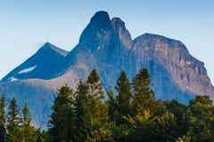 Une vue des crêtes de montagne le soir norway Images stock