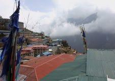 Une vue des dessus de toit d'un village de montagne Photos stock