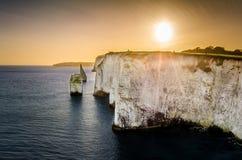Une vue des falaises de craie à vieux dévastent des roches dans Swanage photos stock