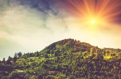 Une vue des maisons de village sur une colline de montagne Photographie stock libre de droits