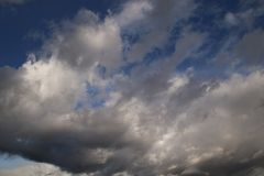 Une vue des nuages fonc?s photos stock