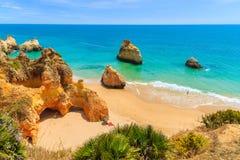 Une vue des roches sur la belle plage d'Alvor Photographie stock