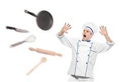 Une vue des ustensiles de cuisine de vol vers le chef Photographie stock