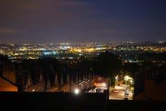 Une vue dramatique de nuit au-dessus des dessus de toit à Leeds Images libres de droits