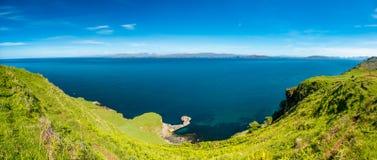 Une vue du bruit de Raasay de l'île de Skye avec les îles Rona et de Raasay à l'arrière-plan, Ecosse photographie stock libre de droits