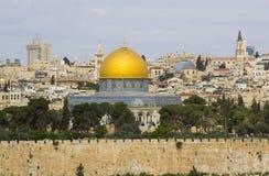 Une vue du dôme islamique de la mosquée de roche du mont des Oliviers antique située à l'est de la vieille ville de Jérusalem photographie stock libre de droits