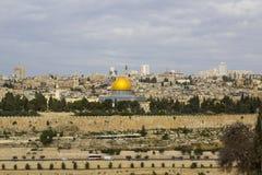 Une vue du dôme islamique de la mosquée de roche du mont des Oliviers antique située à l'est de la vieille ville de Jérusalem images stock