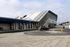 Une vue du dos du nouvellement reconstruit lisant la gare ferroviaire Images stock