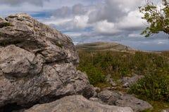 Une vue du parc national de Burren d?s le le d?but des hausses et de penser ? l'avenir ? la montagne de Mullaghmore photographie stock